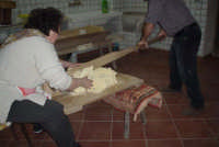 Processo di panificazione nelle zone rurali del Val di Noto. L'impasto viene lavorato con lu sbriuni da due persone  - Granieri (8589 clic)