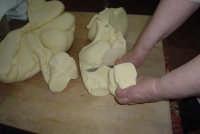 Processo di panificazione nelle zone rurali di Val di Noto. L'impasto viene tagliato per dargli la forma del pane  - Granieri (5709 clic)