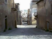 Una delle tipiche strade pietrine, adiacente alla via Garibaldi e confinante con il centro storico.   - Pietraperzia (7323 clic)