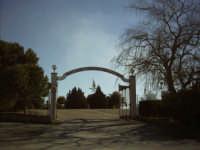 Entrata al miracoloso Santuario della Madonna della Cava, meta di devoti pellegrini qual ogni anno vi si recano numerosi.  - Pietraperzia (7198 clic)