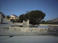 La vecchia e storica vasca all'entrata del paese, quasi un culto per i pietrini. Lo chiamano u canali. Ai tempi usato come lavatoio e abbeveratoio per gli animali.   - Pietraperzia (8536 clic)