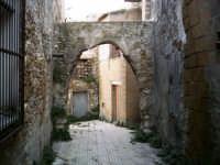 Vista dell'arco posto tra le vecchie mura della Via Governatore.  - Pietraperzia (9305 clic)