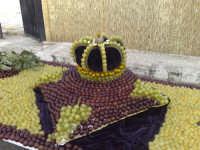 Festival dell'uva da tavola,composizioni artistiche create con chicchi d'uva red globe ed italia.Colori,sfondi ,armonie,flussi di gusti e colori intraprese da grandi volenterosi mani.Colori dorati della sicilia,gusti inconfondibili dell'oro solare,risultati della natura,perplessita' e segreti di abili mani.  - Mazzarrone (2543 clic)