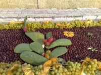Festival dell'uva da tavola,composizioni artistiche create con chicchi d'uva red globe ed italia.Colori,sfondi ,armonie,flussi di gusti e colori intraprese da grandi volenterosi mani.Colori dorati della sicilia,gusti inconfondibili dell'oro solare,risultati della natura,perplessita' e segreti di abili mani.  - Mazzarrone (2436 clic)