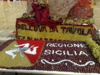 Festival dell'uva da tavola,composizioni artistiche create con chicchi d'uva red globe ed italia.Colori,sfondi ,armonie,flussi di gusti e colori intraprese da grandi volenterosi mani.Colori dorati della sicilia,gusti inconfondibili dell'oro solare,risultati della natura,perplessita' e segreti di abili mani.  - Mazzarrone (3157 clic)