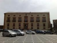 Palazzo Trigona visto dal belvedere antistante, storia di una famiglia che in sicilia seppe dare natali a uomini illustri.  - Piazza armerina (1687 clic)