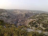 Vista da un punto alto, questa città immersa in una roccia mi sembrava un dolce presepio, corrotto dai suoni della città.  - Modica (1762 clic)