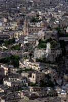 Vista aerea di Modica Torre dell'orologio e Duomo di S. Giorgio  - Modica (3014 clic)