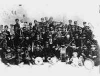 Banda musicale di Campobello del 1928 diretta da CALOGERO CIOTTA LOPEZ (mio nonno). In basso:Cammilleri-D'Auria-Intorre-La Mendola -Barzotta-Arnone-Cani-Alaimo-Ancona. II fila:Carletto I-Diana-La Russa-Rizzo-Cassaro-MAESTRO-Chibaro-Intorre-Di Grado G-Italia-Mannarà.III fila:Terranova S-Terranova G-Gentile-Vella-Rizzo-Lauricella-Montaperto-La Verde -Montalbano-Russo-Casuccio-D'Auria-Miccichè-Costanza.IV fila:Carletto-Cani-Barbera-Ancona-Uzzo-Giammusso-Cigna-Bona-Liuzza-Cigna-Cannarozzo-Calì-C</  - Campobello di licata (13618 clic)