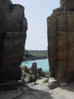 Calarossa, cave di pietra abbandonate e il mare...  - Favignana (4310 clic)