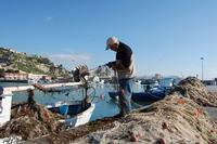 il pescatore la mattina pulisce le reti  - Licata (3514 clic)