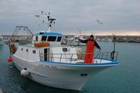 Marinaio si appresta ad attraccare l'imbarcazione al molo.  - Licata (3566 clic)