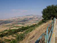 veduta da via calvario in cima, la strada attraversa quel poco che resta dell'antico paese distrutto dal terremoto del '68  - Santa margherita di belice (4687 clic)