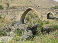 Il ponte dei Saraceni, così chiamato per tradizione popolare, è un ponte normanno che si trova presso il passo del Pecoraio sul Simeto. Serve a mettere  in comunicazione le due sponde del fiume che altrimenti non sarebbero raggiungibili a causa delle profonde gole scavate dal fiume nel corso dei millenni.      - Adrano (3241 clic)