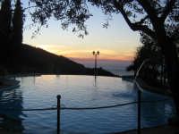 La piscina al crepuscolo...  - Messina (3877 clic)