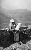 Siamo in piena guerra, e una donna anziana fila la lana . 1942  - San mauro castelverde (1935 clic)