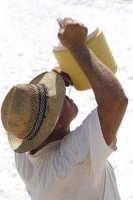 Il salinaro si disseta durante la raccolta del sale nello Stagnone di Marsala  - Marsala (2837 clic)