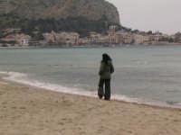 ragazza in spiaggia a Mondello  - Mondello (4918 clic)