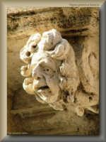 figure grottesche della facciata barocca della sede di una Banca Locale  - Licata (2880 clic)