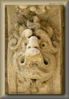 figure grottesche della facciata barocca della sede di una Banca Locale  - Licata (2360 clic)