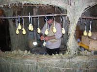 Pastore che fa le CACIOTTE nel presepe vivente 2009  - Corleone (5507 clic)