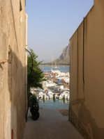 Vista del porto da una stradina  - San vito lo capo (1161 clic)