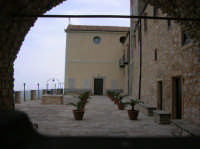 Cortile interno del Santuario di Maria SS del Balzo  - Bisacquino (6715 clic)