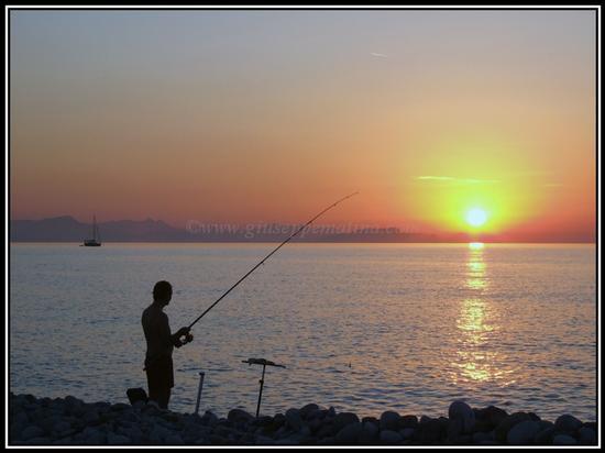 Pescatore in contro luce - CAMPOFELICE DI ROCCELLA - inserita il 22-Feb-11