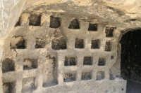 Colombario al primo piano dell'oratorio rupestre di età Bizantina nell'area archeologica di Canalotto  - Calascibetta (3215 clic)
