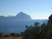 Sul percorso Guya Trekking 2008 jn vista del Monte Cofano e dietro Erice  - Makari (2597 clic)