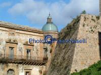 Gioielli architettonici:il Castello, un Palazzo nobiliare e,sullo sfondo, la cupola della Cattedrale.  - Piazza armerina (1600 clic)