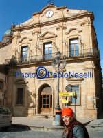 Turista spagnola davanti a Palazzo di Città.  - Piazza armerina (1762 clic)