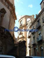Due Chiese che si guardano... di profilo:In primo piano S.Ignazio e sullo sfondo S.Anna.  - Piazza armerina (1651 clic)
