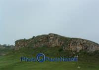 Formazione rocciosa e campo di grano, nei pressi di un'ansa del Fiume Morello,nei dintorni del bivio