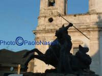La fontana del Tritone (dello scultore Tripisciano) in Piazza Garibaldi; sullo sfondo, la Cattedrale