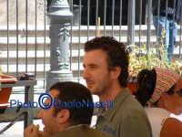 Piazza S.Francesco;il comico Valentino Picone dopo che ha mangiato un panino con la milza, tipico piatto palermitano,davanti alla storica Antica Focacceria S.Francesco.  - Palermo (1496 clic)
