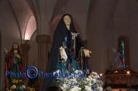 Venerdì Santo 2009: San Giovanni Evangelista, l'Addolorata e l'Urna all'interno della Chiesa dell'Immacolata Concezione.   - Villarosa (6079 clic)
