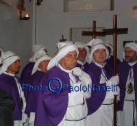 Venerdì Santo 2009: componenti della Confraternita del SS. Crocifisso all'interno della Chiesa dell'Immacolata Concezione.   - Villarosa (3433 clic)