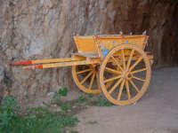 Carretto siciliano dentro la galleria che conduce dal parcheggio alle calette della riserva  - Riserva dello zingaro (2128 clic)