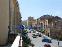 Corso Regina Margherita con la piazza e la Chiesa Madre sullo sfondo; veduta dal balcone del Municipio. In basso a  destra, l'inizio di Via Ruggero VII.  - Villarosa (3620 clic)