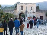 Il baglio del borgo con turisti  - Scopello (2602 clic)