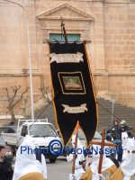 Venerdì Santo 2009: Piazza Vittorio Emanuele,lo stendardo della Confraternita del SS. Sepolcro lungo la Via Crucis, con in primo piano la Confraternita di S. Barbara.  - Villarosa (5394 clic)