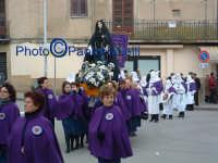 Venerdì Santo 2009: Piazza Vittorio Emanuele,la Confraternita di Maria SS. Addolorata  lungo la Via Crucis- 2.  - Villarosa (5803 clic)