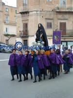Venerdì Santo 2009: Piazza Vittorio Emanuele,la Confraternita di Maria SS. Addolorata  lungo la Via Crucis- 3.  - Villarosa (3929 clic)