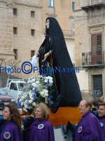 Venerdì Santo 2009: Piazza Vittorio Emanuele,la Confraternita di Maria SS. Addolorata con l'omonima statua  lungo la Via Crucis.  - Villarosa (3894 clic)