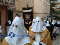 Venerdì Santo 2009: l'Acchianata al Calvario delle Confraternite per la Via Crucis, con in primo piano gli incappucciati della Confraternita di S. Barbara.  - Villarosa (3904 clic)