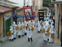 Venerdì Santo 2009: l'Acchianata al Calvario delle Confraternite per la Via Crucis, con in primo piano gli incappucciati della Confraternita di S. Barbara-4.  - Villarosa (4048 clic)
