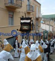 Venerdì Santo 2009: l'Acchianata al Calvario delle Confraternite per la Via Crucis, con in primo piano gli incappucciati della Confraternita di S. Barbara- 6.  - Villarosa (4114 clic)