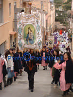 Venerdì Santo 2009: l'Acchianata al Calvario delle Confraternite per la Via Crucis, con in primo piano la Confraternita Madonna della Catena.  - Villarosa (5417 clic)