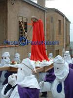 Venerdì Santo 2009: l'Acchianata al Calvario delle Confraternite per la Via Crucis, con in primo piano gli incappucciati della Confraternita del SS. Crocifiso e la statua del Cristo- 2.  - Villarosa (3734 clic)